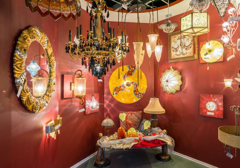 Экспозиция светильников в восточном силе, магазин светильников Палантир