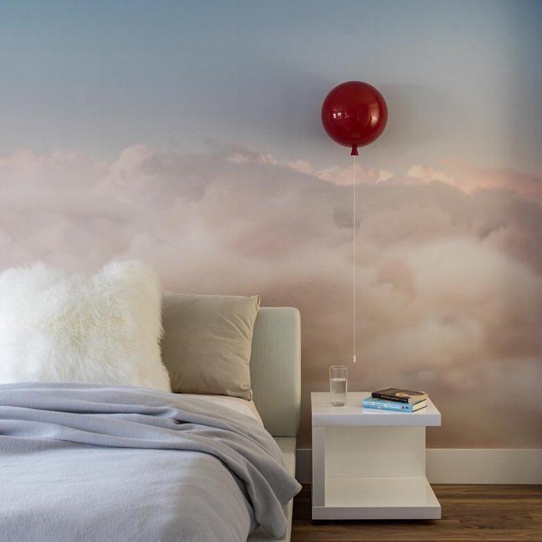 бра красный воздушный шар коллекции brokis memory на стене
